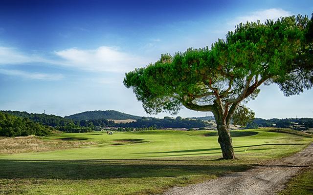 Die 15te Spielbahn des Golfclubs Terre dei Consoli mit Blick auf das hügelige Hinterland.