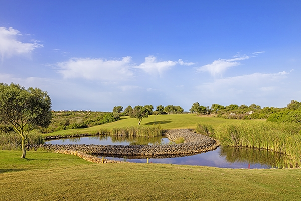 SunnyEscapes_Portugal-Lagos_Espiche-Golf_Fairway-mit-Teich_Long-Stay