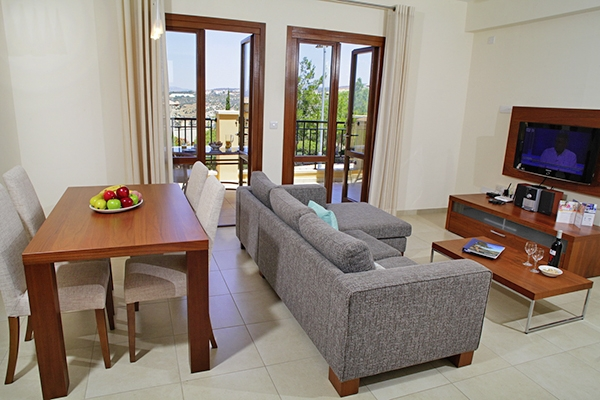 SunnyEscapes_Zypern_Paphos_Aphrodite-Hills-Resort_Apartment_Wohnzimmer_Long-Stay