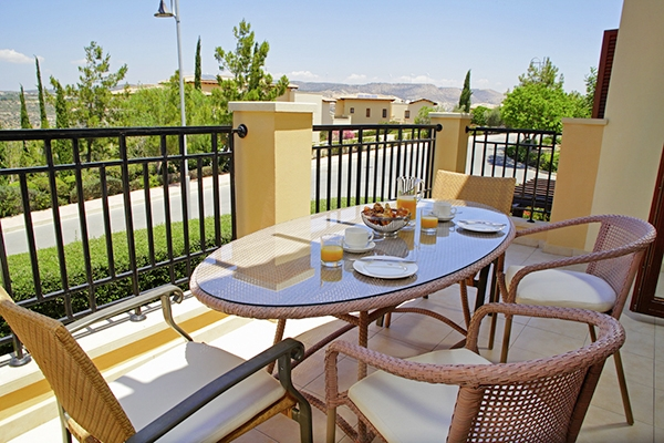 SunnyEscapes_Zypern_Paphos_Aphrodite-Hills-Resort_Apartments_Terrasse_Long-Stay