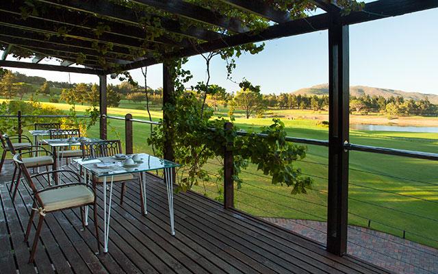 SunnyEscapes_Suedafrika_Stellenbosch_Devonvale_Golf_Clubhaus-Terrasse_Long-Stay
