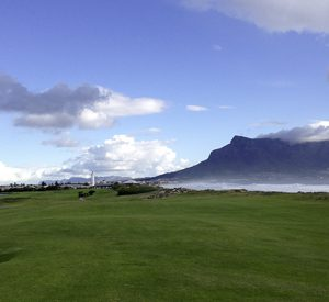 Auf dem Platz des Milnerton Golf Clubs mit Blick auf den Tafelberg