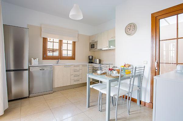SunnyEscapes_Spanien_Lanzarote_Costa-Teguise_Les-Caletas-Village_Villa_Kueche_Long-Stay