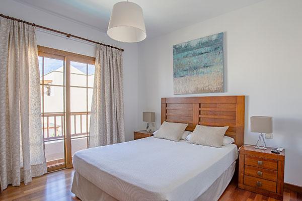 SunnyEscapes_Spanien_Lanzarote_Costa-Teguise_Les-Caletas-Village_Villa_Schafzimmer2_Long-Stay