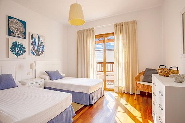 SunnyEscapes_Spanien_Lanzarote_Costa-Teguise_Les-Caletas-Village_Villa_Schafzimmer_Long-Stay
