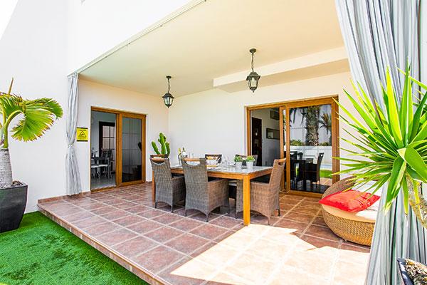 SunnyEscapes_Spanien_Lanzarote_Costa-Teguise_Les-Caletas-Village_Villa_Terrasse3_Long-Stay