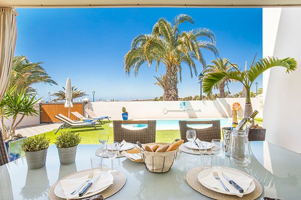 SunnyEscapes_Spanien_Lanzarote_Costa-Teguise_Les-Caletas-Village_Villa_Terrasse_Long-Stay