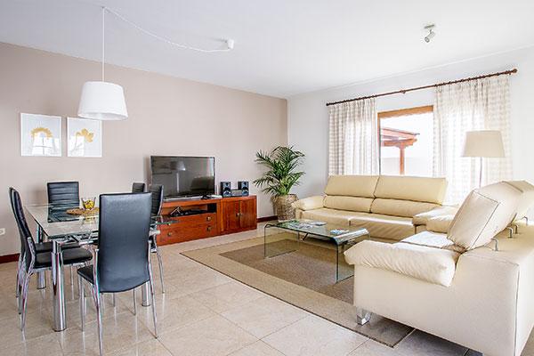 SunnyEscapes_Spanien_Lanzarote_Costa-Teguise_Les-Caletas-Village_Villa_Wohnzimmer_Long-Stay
