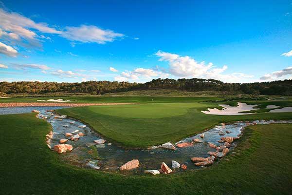 SunnyEscapes_Spanien_Las-Colinas-Golf-und-Country-Club_Gruen-mit-Wasserlauf_Long-Stay