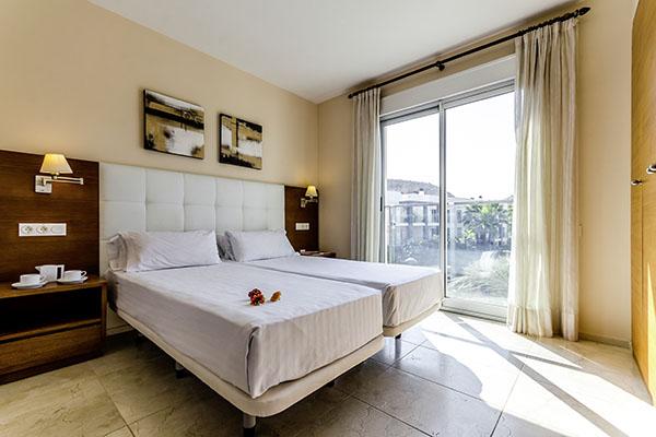 SunnyEscapes_Spanien_Alicante_El-Plantio-Golf-Resort_Apartment_Schlafzimmer_Long-Stay Kopie