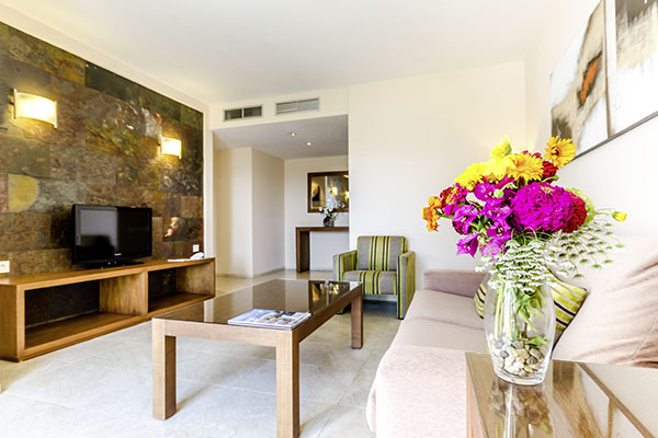 SunnyEscapes_Spanien_Alicante_El-Plantio-Golf-Resort_Apartment_Wohnzimmer-2_Long-Stay