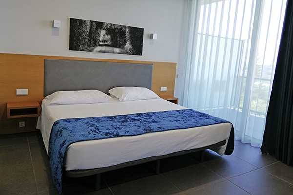 SunnyEscapes_portugal_Azoren_Sao-Miguel_Whales-Bay-Hotel_Penthouse_Schlafzimmer_long-stay
