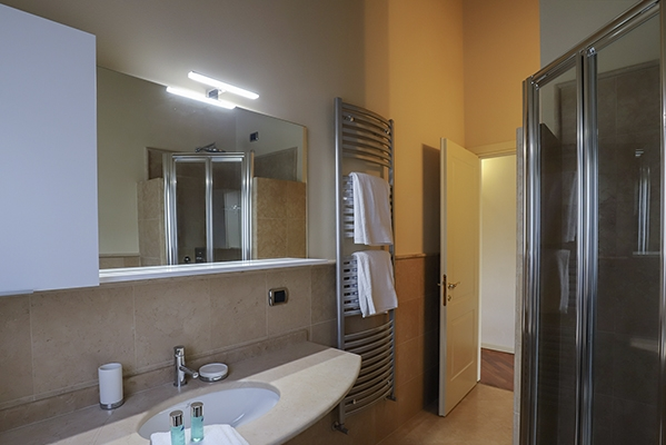 SunnyEscapes_Italien_Gardasee_Bogliaco-Golf_Apartment_Badezimmer_Long-stay