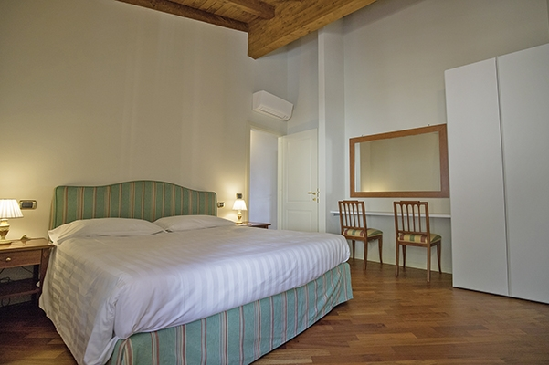SunnyEscapes_Italien_Gardasee_Bogliaco-Golf_Apartment_Schlafzimmer-2_Long-stay