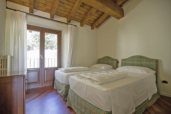 SunnyEscapes_Italien_Gardasee_Bogliaco-Golf_Apartment_Schlafzimmer_Long-stay