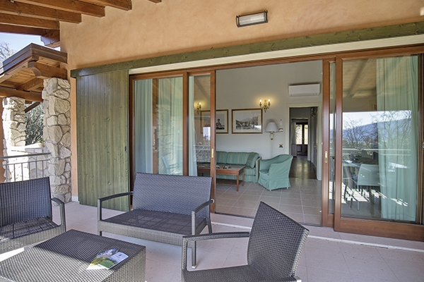 SunnyEscapes_Italien_Gardasee_Bogliaco-Golf_Apartment_Terrasse_Long-stay