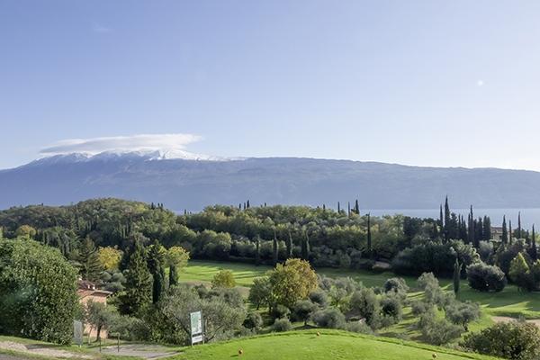 SunnyEscapes_Italien_Gardasee_Bogliaco-Golf_Blick-auf-den-Golfpatz_Long-stay