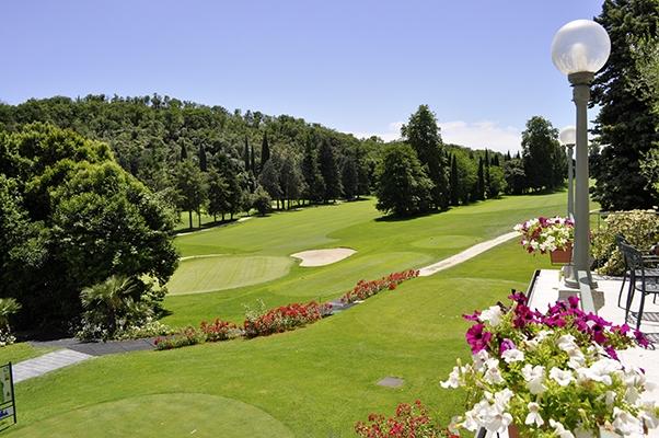 SunnyEscapes_Italien_Gardasee_Bogliaco-Golf_Blick-von-Terrasse-Clubhaus_Long-stay
