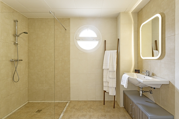 SunnyEscapes_Spanien_Costa-de-la-Luz_ The-Residences-Islantilla-Apartments_Badezimmer_Long-Stay