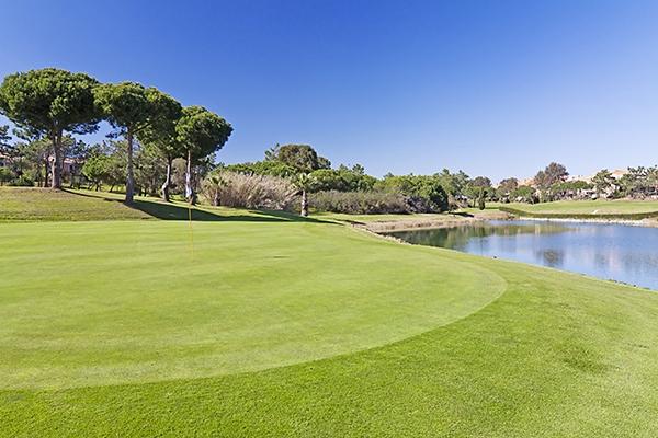 SunnyEscapes_Spanien_Costa-de-la-Luz_ The-Residences-Islantilla-Apartments_Golfplatz-Gruen-2_Long-Stay