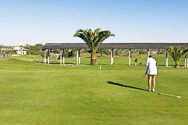 SunnyEscapes_Spanien_Costa-de-la-Luz_ The-Residences-Islantilla-Apartments_Golfplatz_Uebungsgelaende_Long-Stay