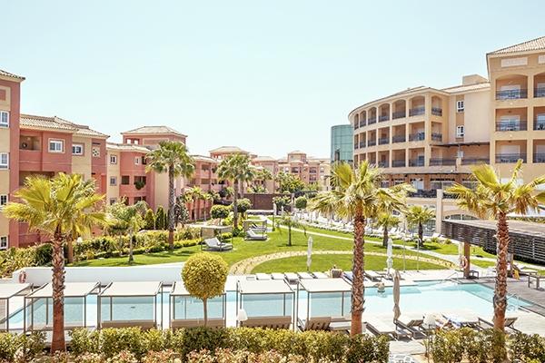 SunnyEscapes_Spanien_Costa-de-la-Luz_-The-Residences-Islantilla-Apartments_Pool-und-Garten_Long-Stay
