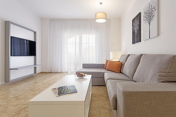 SunnyEscapes_Spanien_Costa-de-la-Luz_The-Residences-Islantilla-Apartments_Wohnzimmer_Long-Stay
