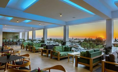 Die neu gestaltete Dachterrasse des Anemi Hotels bietet ein ansprechendes Ambiente. Von hier aus lässt sich der Sonnenuntergang über dem Hafen von Paphos genießen.