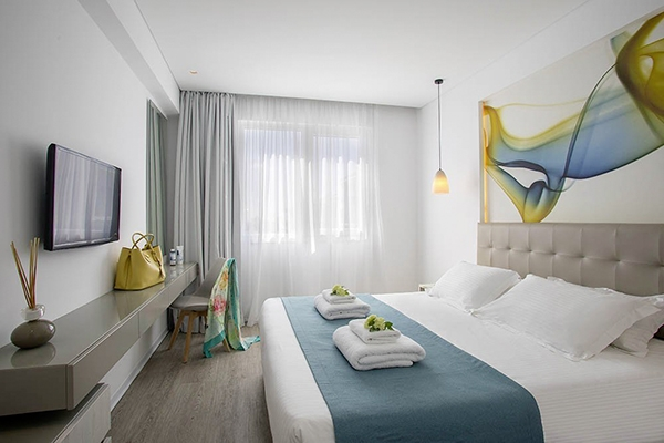 SunnyEscapes_Zypern_Paphos_Anemi-Hotel-Suites_Deluxe-Apartment_Schlafzimmer_long-stay