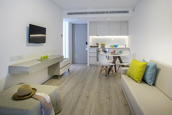 SunnyEscapes_Zypern_Paphos_Anemi-Hotel-Suites_Deluxe-Apartment_Wohnraum_long-stay