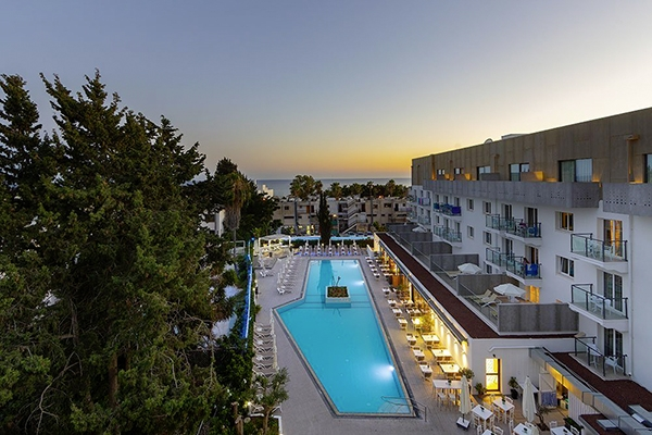 SunnyEscapes_Zypern_Paphos_Anemi-Hotel-Suites_Pool-bei-Nacht_long-stay