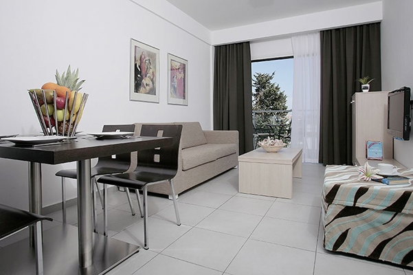 SunnyEscapes_Zypern_Paphos_Anemi-Hotel-Suites_Superior-Apartment-1SZ_Wohnzimmer_long-stay