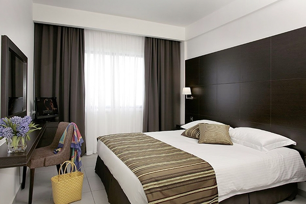 SunnyEscapes_Zypern_Paphos_Anemi-Hotel-Suites_Superior-Apartment_Schlafzimmer_long-stay