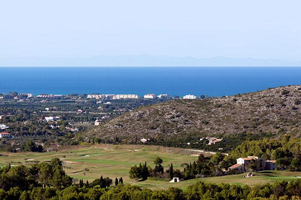 Blick auf den Golfplatz des La Sella Golf Resorts in Richtung Mittelmeer