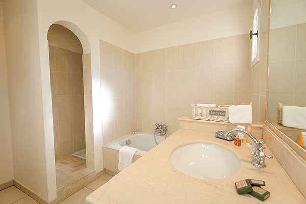 Les Domaines de Saint Endréol das Badezimmer im Apartment mit zwei Schlafzimmer