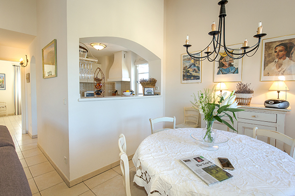 Das Esszimmer im Apartment mit zwei Schlafzimmern in Les Domaines de Saint-Endréol