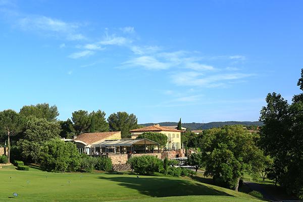 Puttinggruen mit Clubhaus in Les Domaines de Saint-Endréol