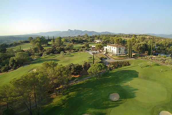Das Clubhaus mit Golfplatz in Les Domaines de Saint-Endréol