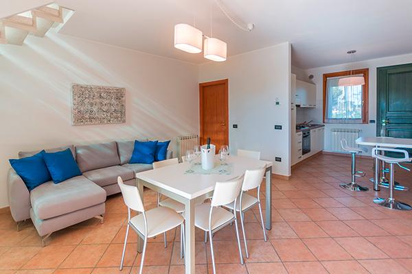 SunnyEscapes_Italien_Albarella_Residences-Fiordo-Diamante_Wohnzimmer_Long-stay